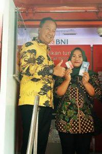 Menteri Sosial RI, Agus Gumiwang Kartasasmita saat memberikan bantuan PKH langsung kepada penerima manfaat.