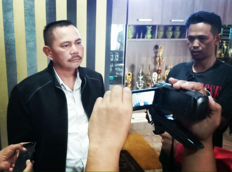 Salah seorang tokoh Desa Panundaan H. Emte saat dikerubuni awak media di kediamannya Senin (13/1/20)