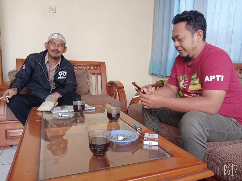 Otong Supendi Ketua APTI Sumedang, didampingi Ustad Didi (bendaharanya)
