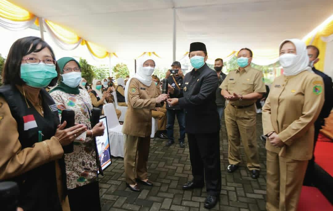 Kepala Dinas Kesehatan (Kadinkes) Kabupaten Bandung Grace Mediana Purnami saat menerima kunjungan kerja Bupati Dadang Naser di halaman Kantor Dinkes di Soreang, Senin 1 Februari 2021.